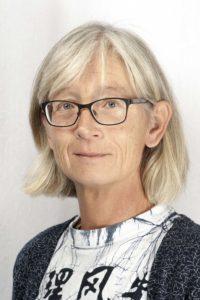 Porträtt av Gunilla Sandborgh Englund med neutral bakgrund.