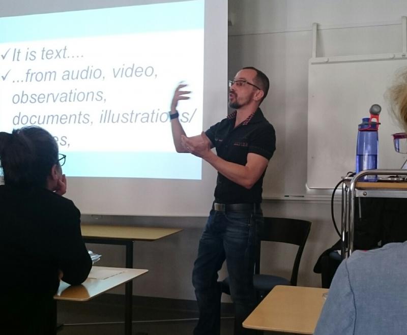 Bild på Mario när han föreläser vilt gestikulerande. I bakgrunden syns projektorduk.